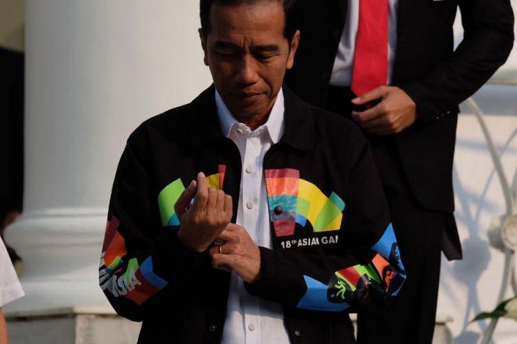 Presiden Joko Widodo mengenakan jaket Asian Games saat bertemu dengan siswa siswi OSIS berprestasi, di Istana Bogor, Kamis (3/5/2018).