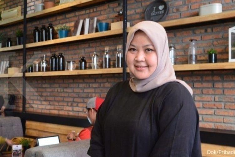 Yussy Asifaurini, pemilik Toko Roti Yussy Akmal, dengan produk pie pisang oleh-oleh khas Lampung.