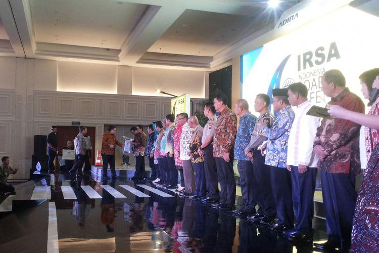 Kepala Badan Perencana Pembangunan Nasional (Bappenas) Bambang Brodjonegoro saat menyerahkan penghargaan kepada 23 daerah yang menjadi finalis dalam ajang Indonesia Road Safety Award 2017, di Jakarta, Kamis (7/12/2017). Ajang IRSA merupakan wujud apresiasi kepada kota dan kabupaten terbaik dalam hal penerapan tata kelola keselamatan jalan.