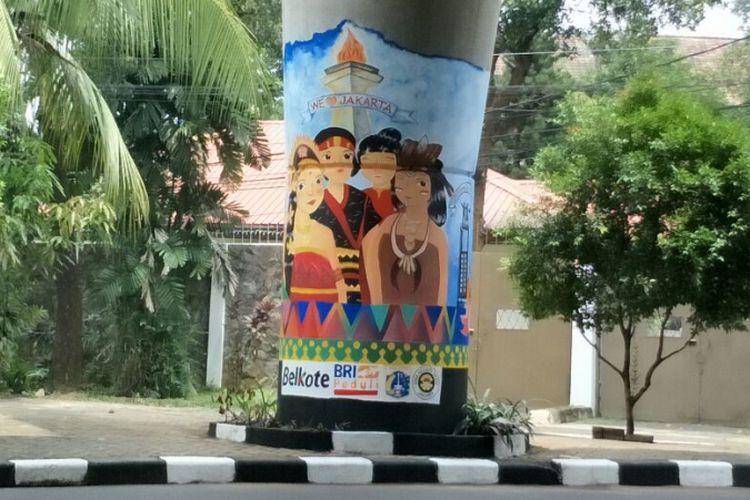 Mural bergambar orang berpakaian adat berbagai daerah di Indonesia di tiang beton Jalan Layang Non-tol (JLNT) Antasari, Jakarta Selatan. Foto diambil Rabu (14/3/2018).