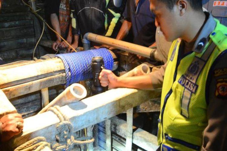 Petugas sedang meengevakuasi empat penambang yang tewas tertimbun di lubang tambang emas Kecamatan Cineam, Kabupaten Tasikmalaya, Rabu (23/7/2014).