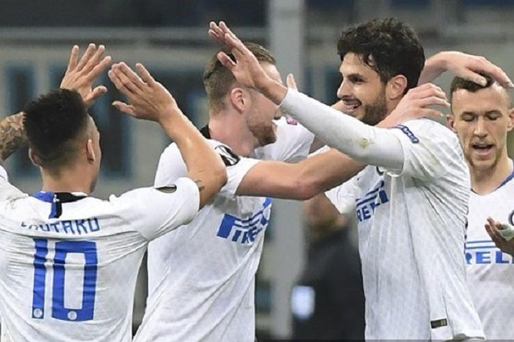 Bek Inter Milan, Andrea Ranocchia (kedua dari kanan), merayakan gol dengan rekan-rekan setimnya setelah mencetak gol kedua pada babak 32 besar Liga Europa antara Inter Milan vs Rapid Vienna pada 21 Februari 2019 di Stadion San Siro.