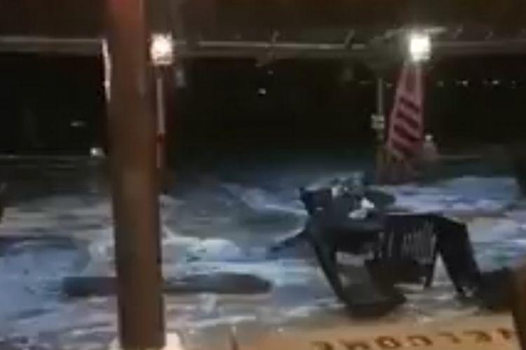 Saat air laut masuk ke hotel di Pantai Anyer Banten akibat gelombang pasang naik, Sabtu (22/12/2018) malam.