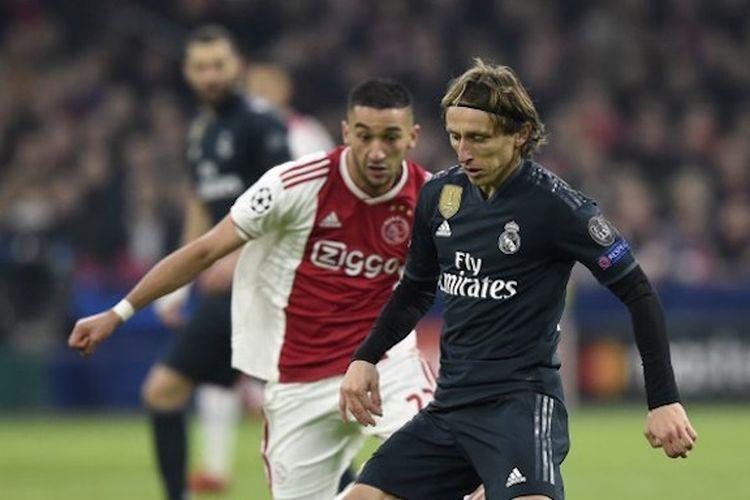Hakim Ziyech membayang-bayangi Luka Modric pada pertandingan Ajax Amsterdam vs Real Madrid dalam babak 16 besar Liga Champions di Johan Cruyff Arena, 13 Februari 2019.