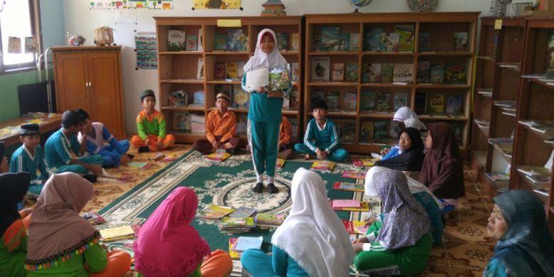 Suasana kegiatan membaca di Madrasah Ibtidaiyah Negeri (MIN) Lumbuk Kemang, Kecamatan Ukui, Riau. Foto diambil pada Kamis (23/11/2017).