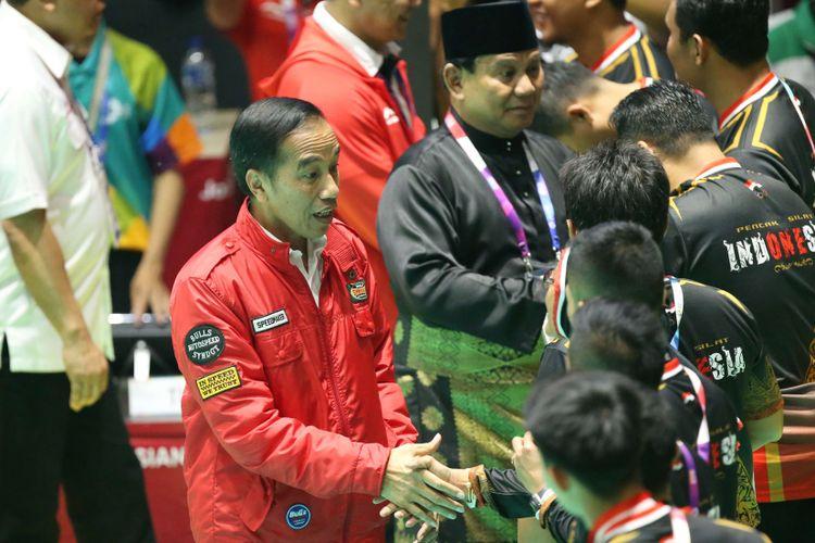 Presiden Republik Indonesia, Joko Widodo dan Ketua Umum PB Ikatan Pencak Silat Indonesia (IPSI) Prabowo Subianto memberikan ucapan selamat kepada pesilat Indonesia seusai pertandingan partai final pencak silat Asian Games 2018 di Padepokan Pencak Silat, TMII, Jakarta, Rabu (29/8/2018).