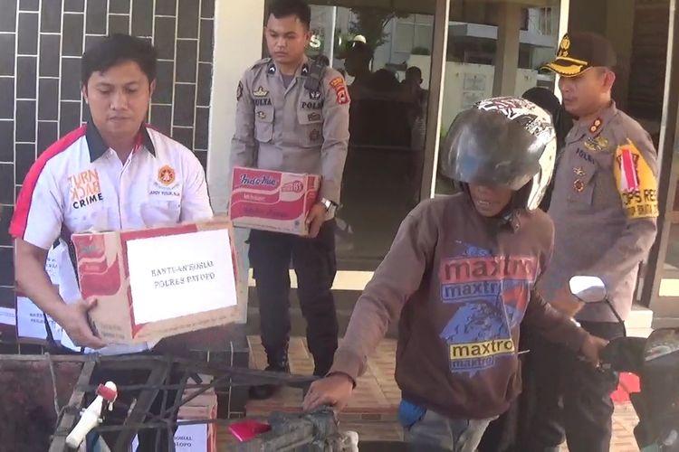 Polres Palopo, Sulawesi Selatan, bagikan paket sembako kepada kaum dhuafa terutama para pemulung. Sabtu (25/05/2019)