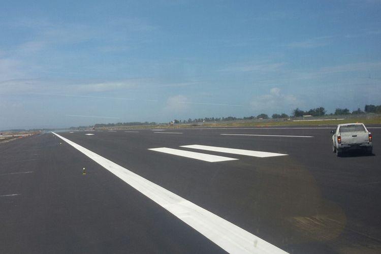 Landasan pacu di Bandar Udara Internasional Yogyakarta, Kulon Progo, DI Yogyakarta.
