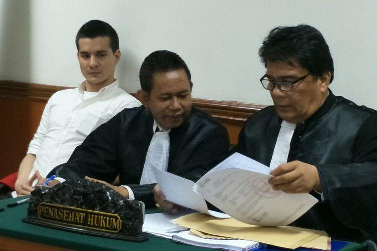 Artis peran Steve Emmanuel (kiri) didampingi tim kuasa hukum menjalani sidang lanjutan kasus dugaan narkoba di Pengadilan Negeri Jakarta Barat, Slipi, Kamis (23/5/2019).
