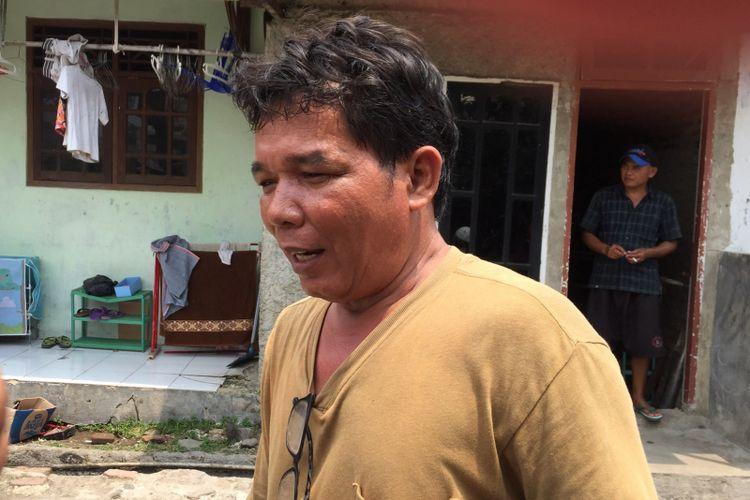 Ayah mendiang Tiara Debora, Rudianto Simanjorang, saat ditemui di rumahnya, Benda, Kota Tangerang, Selasa (12/9/2017). Debora diduga meninggal di Rumah Sakit Mitra Keluarga usai pihak RS enggan menangani penyakit Debora karena uang muka yang kurang.