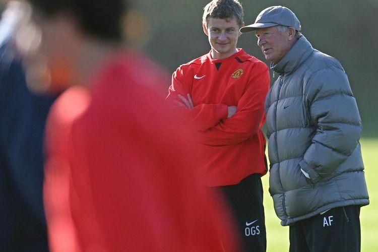 Solskjaer berdiskusi msalalah strategi dengan Sir Alex Ferguson jelang laga melawan Barcelona, Rabu (10/4/2019)