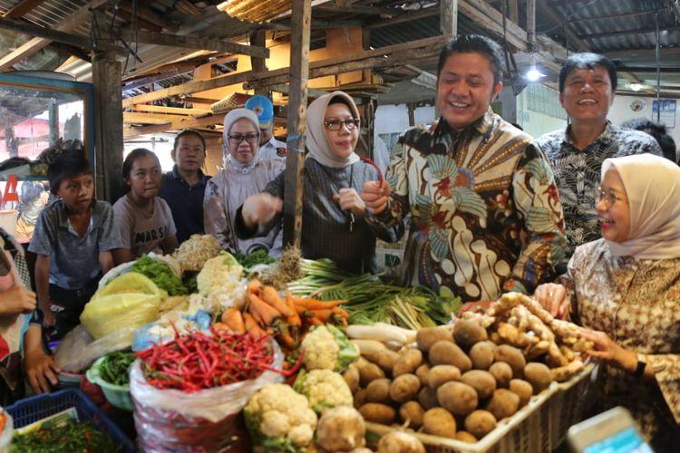 Gubernur Sumsel Herman Deru ketika melakukan peninjauan operasi pasar di Palembang, Minggu (28/4/2019). Ia memastikan, seluruh harga ebutuhan pokok menjelang Ramadhan hingga lebaran tetap stabil.