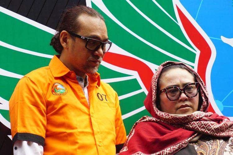 Pelawak Nunung (kanan) dan suaminya dalam jumpa pers kasus penyalahgunaan narkoba yang menjeratnya di Polda Metro Jaya, Jakarta Selatan, Senin (22/7/2019).