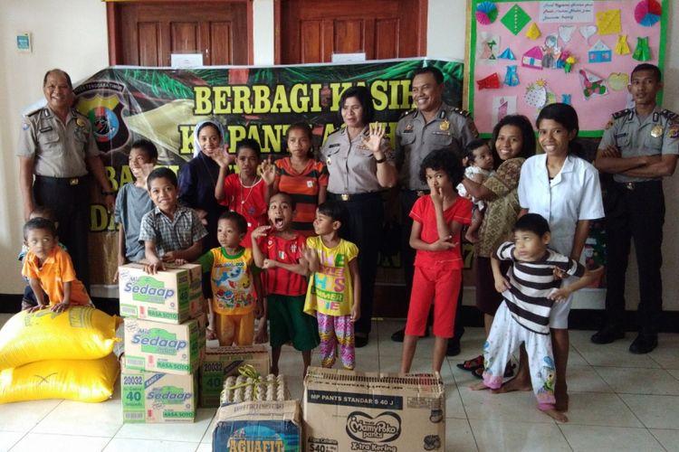 Anak-anak Panti Asuhan Bhakti Luhur milik Susteran Alma di Desa Baumata, Kecamatan Taebenu, Kabupaten Kupang, Nusa Tenggara Timur (NTT), saat berpose bersama anggota Polda NTT.