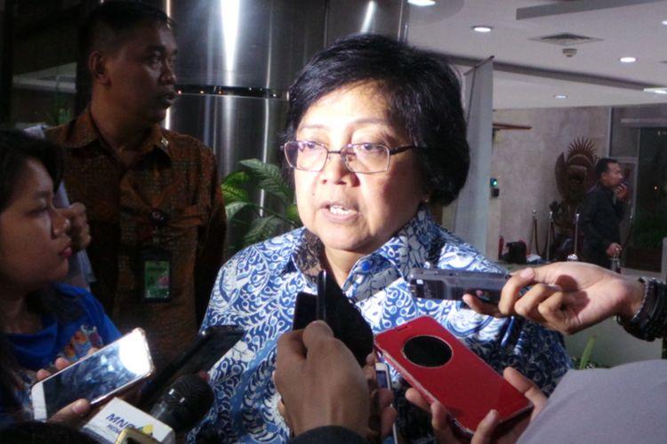 Menteri Lingkungan Hidup dan Kehutanan Siti Nurbaya Bakar, seusai rapat kelanjutan reklamasi Teluk Jakarta, di Kemenko Kemaritiman, Jakarta Pusat, Senin (2/10/2017).
