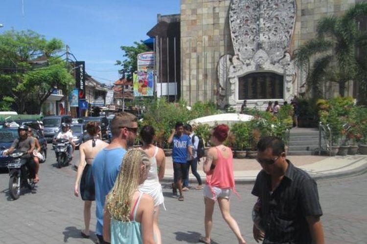 Wisatawan dalam dan luar negeri di Monumen Bom Bali, Jalan Legian Kuta, Bali.