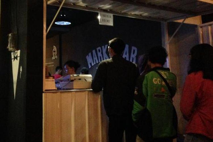 Para pengunjung mengantre di Markobar yang dijual di Jalan Pemuda Kota Semarang, akhir pekan lalu.