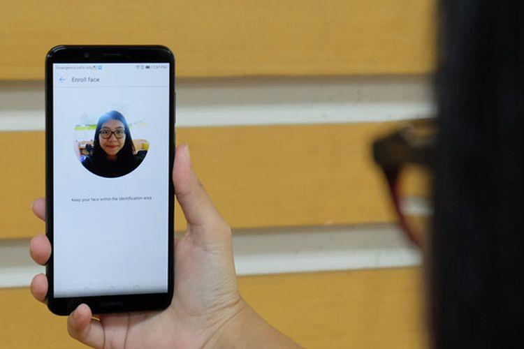 Pengguna mendaftarkan wajah sebagai sandi untuk membuka layar. Fitur Face Unlock pada Huawei Nova 2 Lite bekerja dengan akurat dan cepat.