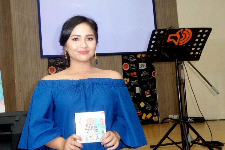 Vokalis Gita Gutawa saat diabadikan di kawasan Kemang, Jakarta Selatan, Kamis (27/7/2017).