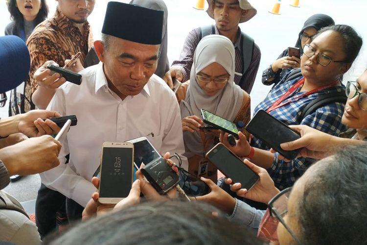 Mendikbud Muhadjir Effendy memberikan keterangan kepada awak media tentang PPDB 2019 setelah acara rapat kerja dengan Panglima TNI terkait persiapan PLS (Pengenalan Lingkungan Sekolah) di Gedung Kemendikbud, Jakarta (21/6/2019).