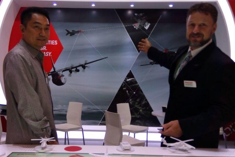 Presiden Direktur PT Honeywell Indonesia Roy Kosasih (kiri) dan Vice President Aftermarket Sales, Defense Asia Pasific Honeywell, Tim van Loven (kanan) saat pameran IndoDefence Expo & Forum 2018 di JIExpo, Jakarta, Kamis (8/11/2018)