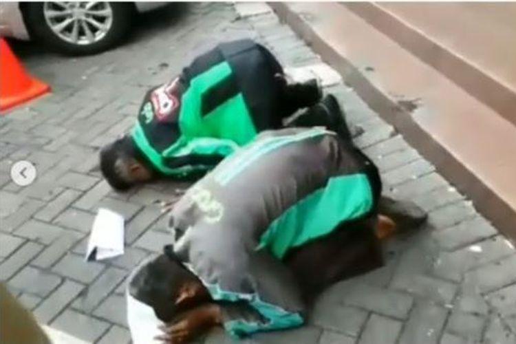Dua mitra Grab di Semarang sujud syukur setelah mengetahui dapat umroh gratis.