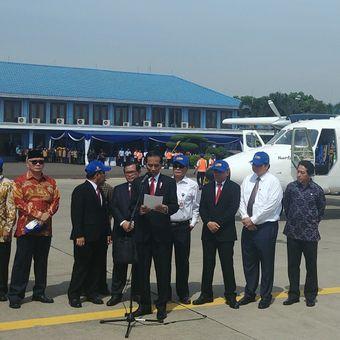 Presiden Joko Widodo memberi keterangan kepada pers di Bandara Halim Perdanakusuma, Jakarta, Jumat (10/11/2017).