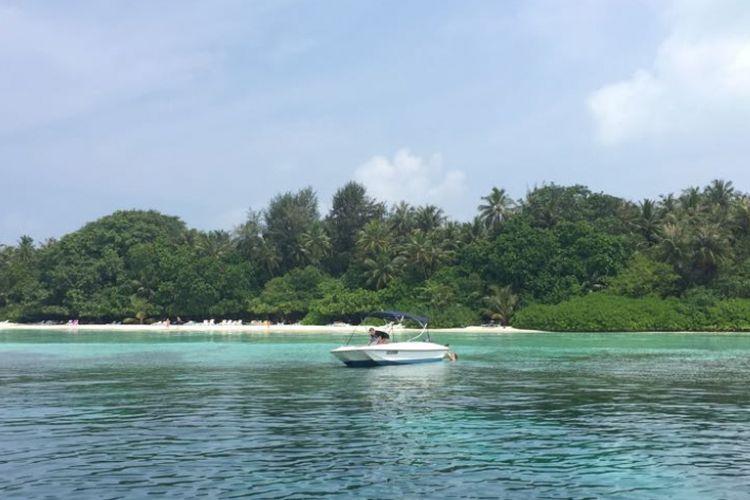 Dua turis asing menikmati snorkling di salah satu pulau di Maldives.