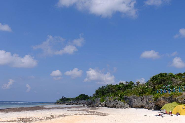Suasana di Pantai Bara, jauh dari hiruk-pikuk.