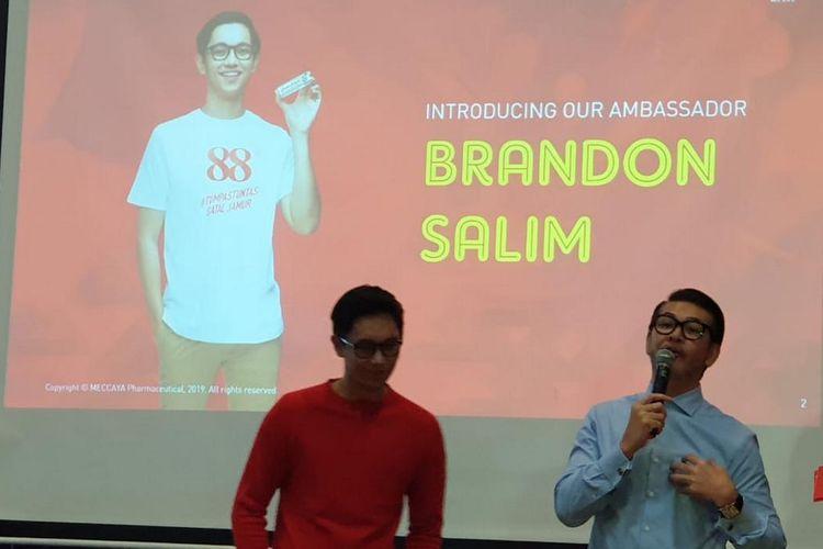 Aktor Brandon Salim (kiri kaus merah lengan panjang) dan Ferry Salim (kemeja biru lengan panjang) saat peluncuran krim 88, varian baru salep 88 di Jakarta, Senin (8/4/2019).