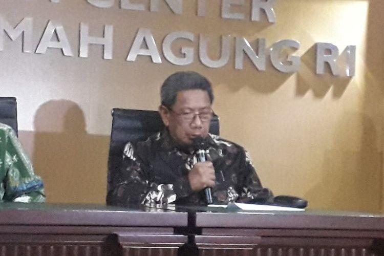 Ketua Ikatan Hakim Indonesia Suhadi dalam konferensi pers terkait kasus penyerangan hakim PN Jakarta Pusat di Mahkamah Agung, Jumat (19/7/2019).