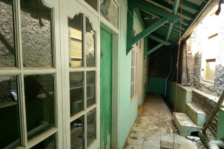 Rumah bercat hijau muda ini adalah kediaman Eko Purnomo yang saat ini terhimpit tembok tetangganya tanpa akses jalan.