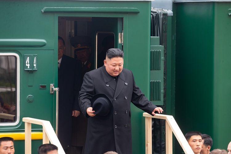 Pemimpin Korea Utara Kim Jong Un turun dari kereta lapis baja yang tiba di stasiun di kota perbatasan Rusia, Khasan, pada Rabu (24/4/2019).