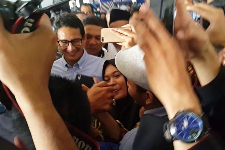 Seorang mahasiswi Universitas Muhammadiyah Surakarta berswafoto dengan Cawapres Sandiaga Uno usai Sandiaga mengisi kuliah umum di kampus tersebut, Sabtu (22/9/2018).