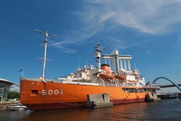 Kapal dengan panjang 100 meter berukuran besar dan berwarna oranye ini menarik perhatian.