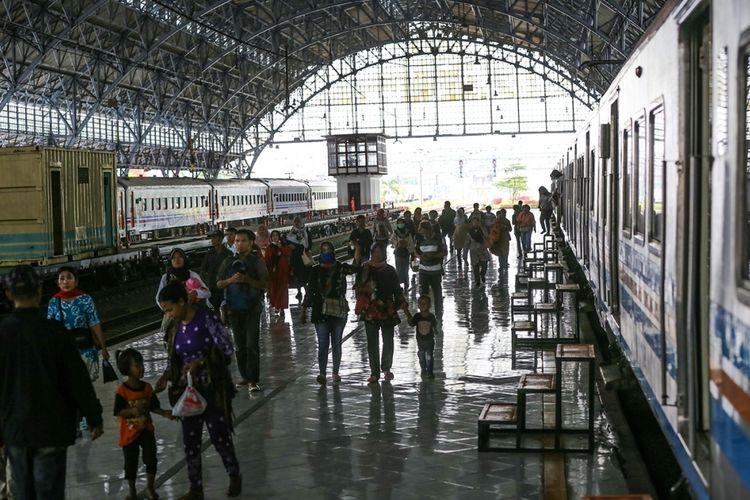 Sejumlah Penumpang Berjalan Di Samping Gerbong Kereta Rel Listrik Di Stasiun Tanjung Priok Jakarta Utara