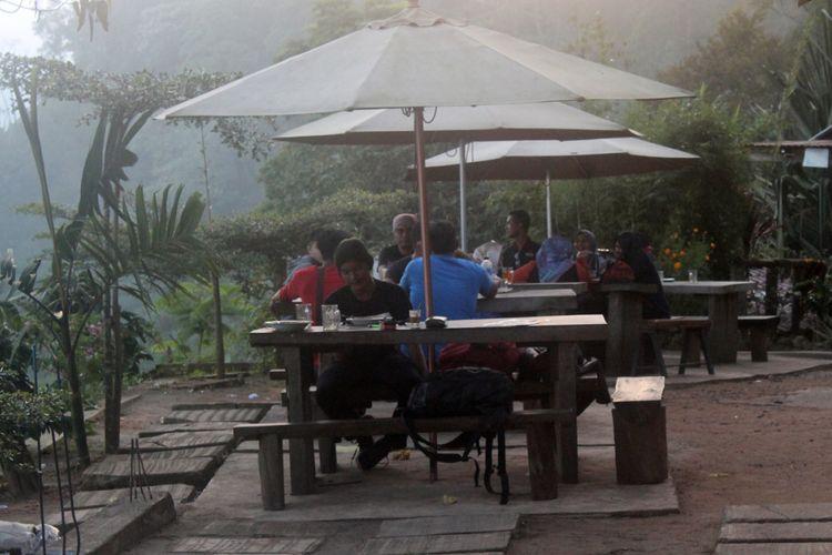 Pengunjung menikmati kopi di Puncak Gunung Salak, Kecamatan Nisam Antara, Kabupaten Aceh Utara, Aceh, Kamis (27/12/2018).