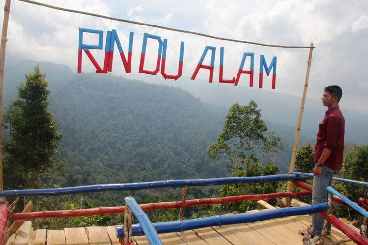 Warga melihat pemandangan hutan di destinasi wisata Rindu Alam, kawasan Gunung Salak, Aceh Utara.