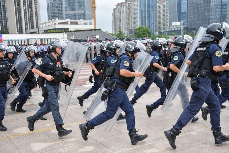 Ribuan polisi anti-huru hara China yang berperalatan lengkap mengikuti latihan di kota perbatasan Shenzhen, Selasa (6/8/2019).