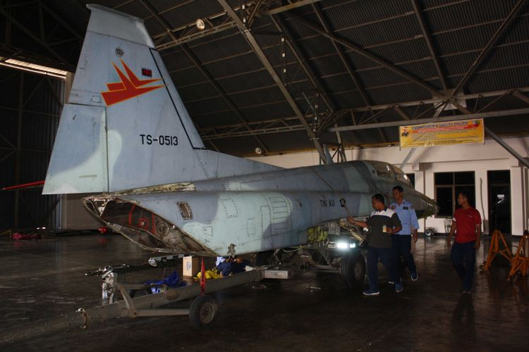 Personel Skadron Udara 14 Lanud Iswahjudi menyiapkan pesawat F-5 Tiger TS 1305, yang akan dipasang sebagai monumen di Alun-alun Mejayan, Kabupaten Madiun, Rabu (11/7/2018).