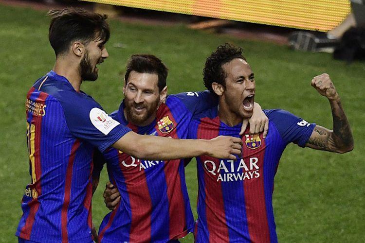Lionel Messi, Neymar, dan Andre Gomes merayakan gol Barcelona ke gawang Alaves pada laga final Copa del Rey di Stadion Vicente Calderon, Sabtu (27/5/2017).
