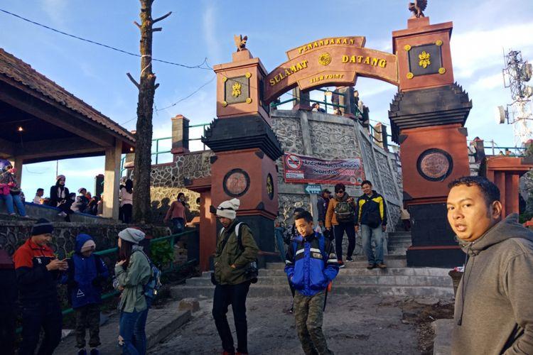 Gerbang Puncak Pananjakan, Kawasan Bromo Tengger, di Desa Wonokitri, Kecamatan Tosari, Kabupaten Pasuruan, Jawa Timur, saat dini hari sebelum matahari terbit, Sabtu (21/4/2018).