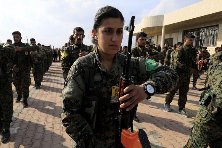 Anggota pasukan Unit Perlindungan Rakyat Kurdi (YPG) saat menghadiri pemakaman rekan mereka dari Pasukan Demokratik Suriah (SDF) yang tewas dalam pertempuran melawan sisa ISIS di Deir Ezzor, Qamishli.