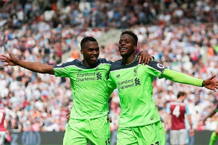 Dua penyerang Liverpool, Daniel Sturridge dan Divock Origi, merayakan gol timnya ke gawang West Ham United pada pertandingan Premier League di Stadion London, Minggu (14/5/2017).