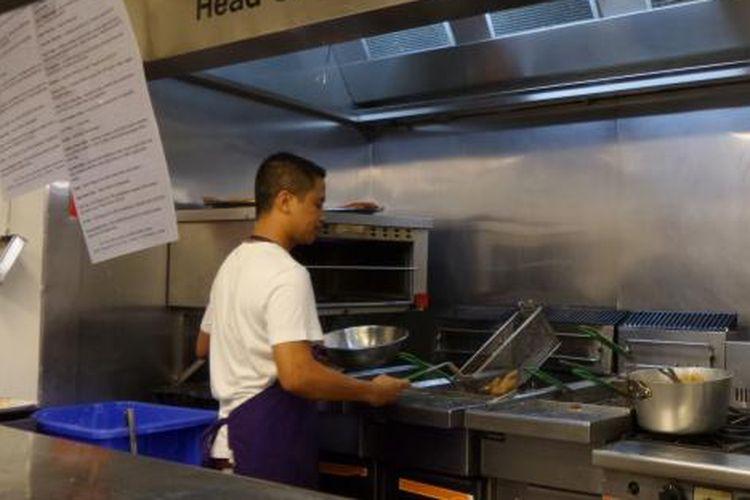 Head Chef Edy Triyanto asal Indonesia sedang memasak di Tims Restaurant Manager, Steak Seafood & Crocodile, di Darwin, Northern Territory, Australia.