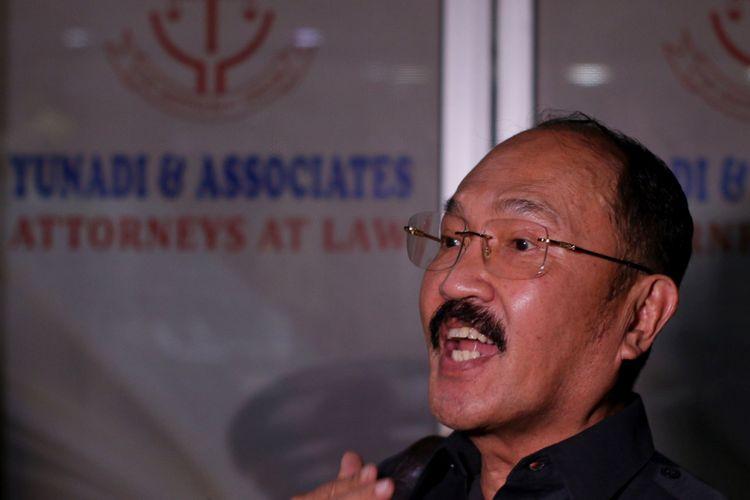 Tersangka dugaan menghalangi proses penyidikan atau Obstruction of Justice (OJ), Fredrich Yunadi menjawab pertanyaan wartawan seusai penggeledahan penyidik KPK di kantornya di Jakarta, Kamis (11/1/2018). KPK menduga Fredrich dan dokter Rumah Sakit Medika Permata Hijau Bimanesh Sutarjo, melakukan tindak pidana berupa merintangi atau menggagalkan penyidikan dalam perkara kasus KTP Elektronik dengan tersangka Setya Novanto.