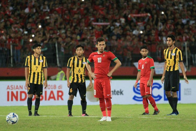 Egy Maulana Vikri tengah berancang-ancang untuk melepas tendangan dalam pertandingan timnas U-19 Malaysia vs Indonesia pada Piala AFF U-19 di Sidoarjo, 12 Juli 2018.