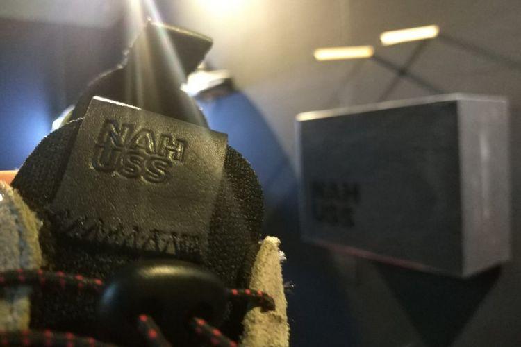 Tag hitam berbahan kulit disematkan di bagian lidah dari sneakers edisi terbatas NAH USS yang diproduksi sebanyak 50 pasang untuk ajang Urban Sneakers Society (USS) di Pasific Place, Jakarta.