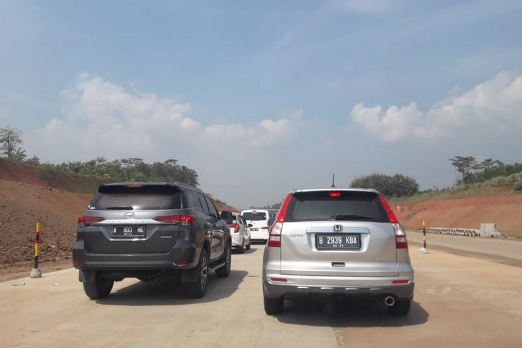 Antrean kendaraan jelang pintu keluar Grinsing di ruas Tol Batang-Semarang, Selasa (12/6/2018).