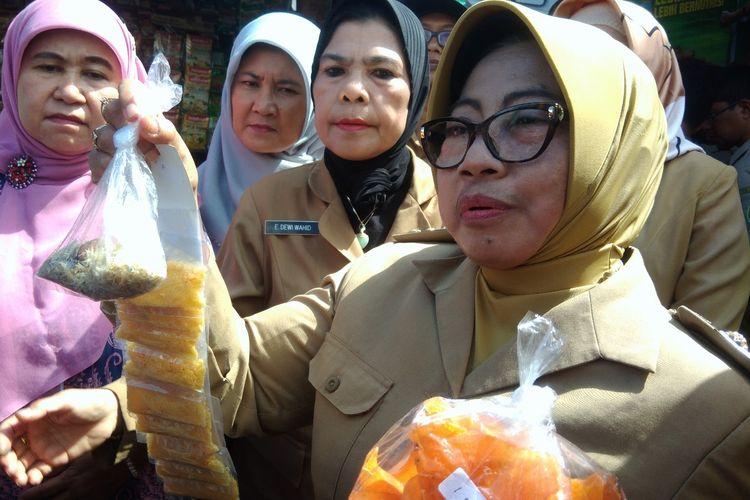 Bupati Gunungkidul Badingah menunjukkan Makanan yang Mengandung Bahan Berbahaya yang ditemukan BPOM DIY di Pasar Argosari, Wonosari Senin (15/4/2019)